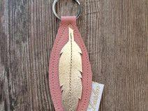 Schlüsselanhänger in rosa mit goldener Feder
