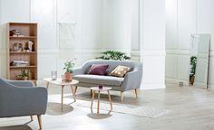 EGEDAL sofa, EGEDAL lenestol, TAPS hjørnebord, LEJRE sofabord, KALBY reol / bokhylle. | Skandinaviske hjem, nordisk design, Nordic Retro, Skandinavisk design, nordiske hjem, retro | JYSK