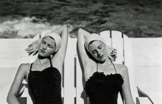 Twins at the Beach, Nassau, 1949 (Gemelle in spiaggia, Nassau) (Foto di Louise Dahl-Wolfe. Center for Creative Photography, Arizona Board of Regents. Tutti i diritti riservati) Diana Vreeland, Center For Creative Photography, British Journal Of Photography, Photography Women, Vintage Photography, Fashion Photography, Portrait Photography, Richard Avedon, Lauren Bacall