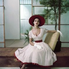 It's outfits like this red and white gem that endear to the 1950s to every square inch of my fashion loving heart and soul. #vintage #fashion #1950s