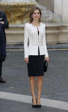 ITALIA Este 19 de noviembre, Letizia causó sensación en Roma vestida de blanco y negro de su modista de cabecera. Conoció a Matteo Renzi, a Giorgio Napolitano y a sus esposas.