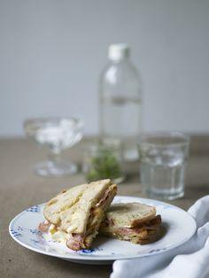 171025 Ostesmørbrød m eple, brie & bacon Brie, French Toast, Bacon, Sandwiches, Meat, Breakfast, Food, Morning Coffee, Essen
