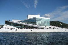 A Casa da Ópera de Oslo, Noruega está localizada no porto, com um exterior em ângulo, branco, que aparece a subir da água. Ele convida seus visitantes a subir o seu telhado e apreciar a vista panorâmica de Oslo e do fiorde, durante todo o ano.