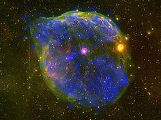 Uma bolha gigante soprada pela enorme estrela Wolf-Rayet HD 50896, a estrela rosa no centro da imagem.