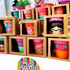 This is how the macetulis looked for the day of the friend in Mirakebueno Mar del Plata Thank you for trusting Yuki ! Painted Plant Pots, Painted Flower Pots, Clay Pot Crafts, Diy And Crafts, Arts And Crafts, Pots D'argile, Clay Pots, Flower Pot Design, Home And Deco
