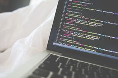 Imagen cortesía PicJumbo Para quienes se quieren iniciar en el desarrollo de aplicaciones o los que tienen conocimientos y quieren aprender más, aquí les traigo una recopilación con15 eBooks gratis sobreprogramación que fueron publicados entre el 2014 y el 2015. Antes de continuar es necesario aclarar que salvo uno de los libros que se encuentra en español, los demás están escritos en inglés. Entre los eBooks encontrarán uno sobre los lenguajes Swift, Rust, PHP, C#, Python, PHP y otros no…