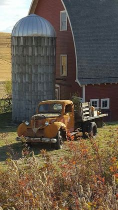 Old truck and country barn Country Barns, Country Life, Country Living, Country Roads, Country Charm, Farm Trucks, Old Trucks, Barn Pictures, Farm Barn