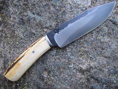 Fred Charrier Chasse Sambar Lame forgée en XC75, trempe sélective, garde et pommeau en fer texturé, manche en bois de cerf sambar riveté/collé sur soie. Longueur totale de 28 cm dont 15 cm de tranchant, ép. au ricasso de 4 mm.
