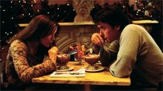 Escrito nas Estrelas. Após um encontro casual, dois estranhos que já estão comprometidos percebem que existe uma química real entre eles. Anos mais tarde, eles desejam se reencontrar.