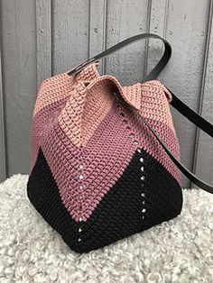 ZiqZaq Bag pattern by Josefin Sandqvist Ravelry: ZiqZaq Taschenmuster von Josefin Sandqvist Crochet Beach Bags, Crotchet Bags, Free Crochet Bag, Crochet Market Bag, Crochet Tote, Crochet Handbags, Crochet Purses, Knitted Bags, Crochet Crafts