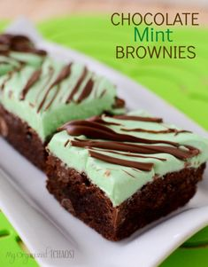 Decadent, chewy chocolate brownies with a creamy mint frosting. The best recipe to make for any occasion. Köstliche Desserts, Holiday Desserts, Delicious Desserts, Brownie Desserts, Cheesecake Desserts, Raspberry Cheesecake, Brownie Bar, Christmas Recipes, Quick Dessert Recipes