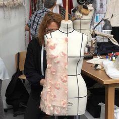 O ateliê que a @chanelofficial criou no Grand Palais para apresentar sua coleção de alta-costura é mais que cenário. Nele, costureiras da marca de fato trabalham em novas peças enquanto chegam os convidados. (foto: @sophiefontanel) #chanelhautecouture #chanelcouture #chanelatelier #fashion