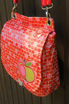 elbmarie: saddlebag pattern LALE for oilcloth or fabric or leather klassische sadddlebag zum Nähen in Wachstuch, Leder oder Stoff hier in japanischem Wachstuch mit kleinen Äpfeln