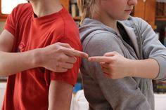 Testközépvonal átlépő gyakorlatok! A két agyfélteke összeköttetésére. Speech Delay, Grammar, Preschool, Books, People, Kids, Petra, Maths, Gross Motor