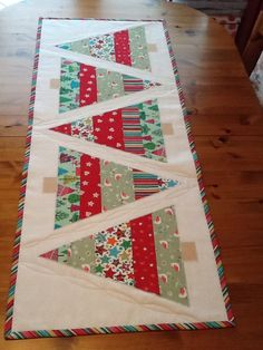 Sewing Christmas Decorations Table Runners 15 New Ideas Xmas Table Runners, Quilted Table Runners Christmas, Christmas Tree On Table, Patchwork Table Runner, Christmas Placemats, Christmas Runner, Table Runner And Placemats, Table Runner Pattern, Christmas Table Decorations