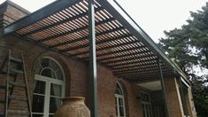 pergola de hierro madera y policarbonato wood and polycarbonate iron pergola Hot Tub Pergola, Pergola On The Roof, Iron Pergola, Black Pergola, Corner Pergola, Pergola Attached To House, Pergola Swing, Metal Pergola, Cheap Pergola