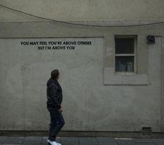 Al eerder plaatsten wij de sarcastische streetart van straatartiest Mobstr. Maar hier houdt het niet op. Mobstr ontwerpt streetart waarmee hij je aan het denken wil zetten. Hoewel het minimalistisch is, zijn ze altijd geladen met een betekenis of in ieder geval met een tikje sarcasme waar je in ieder geval niet zomaar voorbij loopt.