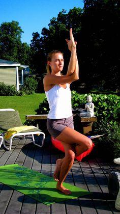 Garudhasana (El Águila) Los ejercicios de yoga para principiantes.