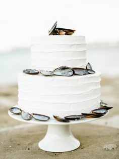 Coastal-inspired wedding cake. Photography: Belle And Beau Fine Art Photography - belleandbeaublog.com