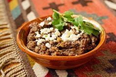 Une des bases de la cuisine mexicaine, très simple à préparer et toujours savoureux. On les appelle à tort «haricots refrits», puisqu'ils sont en fait bouillis, puis frits. On peut très bien utiliser des haricots en boîte pour les préparer, mais c'est encore meilleur avec des haricots maison. Ingrédients 2 c. à soupe saindoux ou …