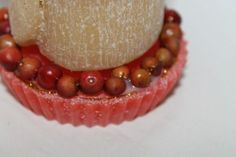 https://flic.kr/p/ABRv83 | CENTROTAVOLA NATALIZIO – REALIZZATO IN CERA | Centrotavola/soprammobile natalizio, composto da una candela arrotolata color avorio decorata con un particolare nastro rigido rosso e dorato (con disegni natalizi), su un piattino rosso di cera, adornato con vere bacche rosse e glitter dorati; al profumo 100% naturale di limone. Dimensioni: 45 x 95 mm.  Artigianale.  Per saperne di più visita il sito:  www.ilmiomondoincera.com
