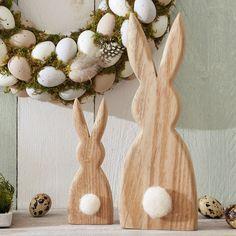 Der niedliche Ostergruß für das Fenster, den Tisch oder den Hausflur. Die beiden Osterhasen aus strukturiertem Holz passen sich super in deine Deko ein – und setzen mit dem flauschigen Puschelschwanz niedliche Akzente.