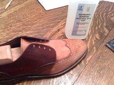 Κοινοποιήστε στο Facebook Σε όλους αρέσει να αγοράζουν καινούρια παπούτσια. Η χαρά αυτή όμως σβήνει γρήγορα, όταν τα καινούρια παπούτσια λερώνονται ή είναι άβολα. Στις παρακάτω φωτογραφίες θα δείτε με ποιους τρόπους μπορείτε να διατηρήσετε τα παπούτσια σας καθαρά απλά...