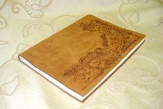 Quaderno in pelle con decorazione a pirografia.    www.bottegamastrociliegia.it