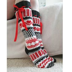 Aina niin ihanat Anelmaiset 💖 Väreinä oranssi, punainen, keltainen ja pinkki 💕 Tein ennen joulua neljät ihanan tyttömäiset muokat... Fair Isle Knitting, Leg Warmers, Christmas Stockings, Knitting Patterns, Slippers, Legs, Holiday Decor, How To Make, Crafts
