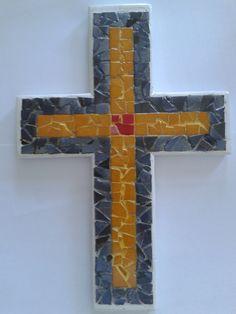 Σταυρός χειροποίητος με ψηφίδες γυάλινες, κεραμικές,τεχνητές κ.λ. Συγκρατείται εσωτερικά με μεταλλικό πλέγμα και έχει προεξοχή μεταλλική για κρέμασμα. Διαστάσεις 0,29Χ0,20Χ0,01 cm).