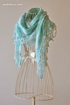 handknited shawl with handpainted wool pontinhos ao vento: Sorvete de Menta