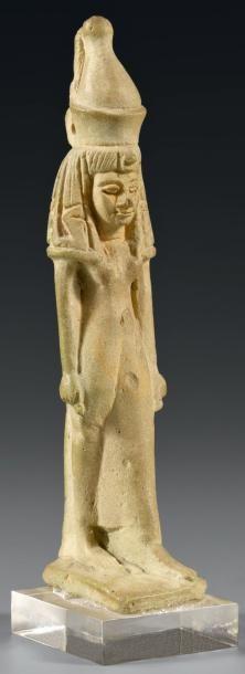Rare amulette représentant la déesse Mâat debout marchant et coiffée de la double couronne de Haute et Basse Egypte. Elle est vêtue d'une longue robe moulante et sa large coiffe est ornée d'uraei dressé (iconographie rare). Le pilier dorsal est inscrit au nom de Mâat Faïence verte déglaçurée. Infimes chocs Egypte, Basse-Epoque ou Période Ptolémaïque, 664-30 av. J.-C. H: 8,5 cm.