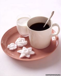 Cubes are cuter than packets, but the prettiest way to present sugar is in the shape of flowers.