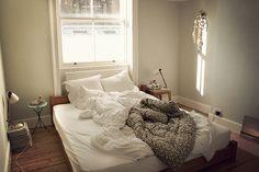 頭の上に窓がある寝室