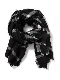 Cap off a stylish look with women's fashion accessories at Old Navy. Browse a variety of cute fashion accessories today. Capsule Outfits, Fall Capsule Wardrobe, Black And White Flannel, Black White, Tartan Plaid Scarf, Oversized Flannel, Cute Fashion, Womens Fashion, Old Navy