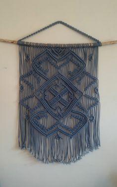 Colgante macramé azul en una rama de árbol grande macrame colgante azul, macrame grande, arte de pared de macrame, arte vintage, moderna macrame
