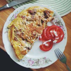 Omlet z płatkami kukurydzianymi, kiełbasą i pieczarkami
