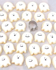 Happy Little Ghost Sugar Cookies – bite-sized, deliciously cute, Halloween decorated sugar cookies that scream sweetness with their happy ghoulish faces. Desserts Happy Little Ghost Sugar Cookies {Video Tutorial} Halloween Cupcakes, Halloween Mignon, Halloween Cookie Recipes, Soirée Halloween, Halloween Sugar Cookies, Halloween Food For Party, Halloween Decorations, Halloween Macaroons, Marshmallow Halloween