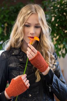 Sara K fingerless gloves, alpaca wool www. Knitted Gloves, Fingerless Gloves, Fashion Mag, Fashion Outfits, Alpaca Wool, Nordic Style, High Class, Giveaways, Accessories