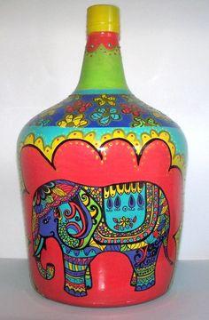 botellon de dama juana estilo hindú, pintado a mano con relieves y mucho color! ideal para darle un toque decorativo a cualquier rincón vacio! Empty Wine Bottles, Wine Bottle Art, Painted Wine Bottles, Painted Vases, Wine Bottle Crafts, Hand Painted, Recycled Crafts, Diy And Crafts, Arts And Crafts