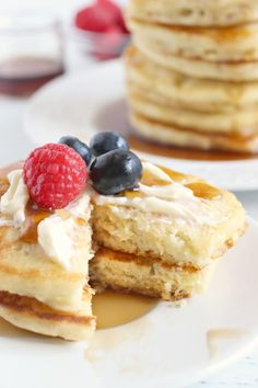 If you're trying to find a Pancake Recipe to make the BEST fluffy pancakes, look no further! This easy pancake recipe is tried and true! Pancake Recipe Easy Fluffy, Pancakes Easy, Fluffy Pancakes, Keto Pancakes, Banana Pancakes, Breakfast Cookies, Low Carb Breakfast, Best Breakfast, Breakfast Recipes