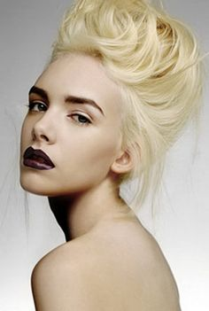 Bleach blonde hair with dark eyebrows. Black Lipstick, Black Brows, Bold Brows, Platinum Blonde Hair, Blonde Updo, Corte Y Color, Hair Again, Bleach Blonde, Dark Hair