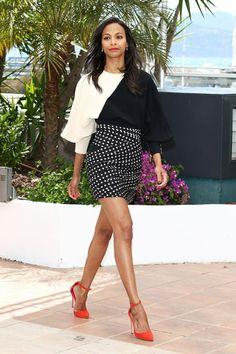 Festival de Cine de Cannes 2013. Sensualidad en estado puro. La actriz norteamericana Zoe Saldana lució un vestido con mix de estampados de Emanuel Ungaro otoño-invierno 2013 durante el photcall y posterior rueda de prensa de Blood ties (2013).