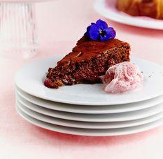 Vadelmainen mudcake eli mutakakku maistuu kesällä tuoreiden vadelmien kanssa.