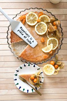 Wenn dir das Leben Zitronen schenkt, dann mach doch einen Zitronenkuchen daraus 🤩🍋. Oder noch besser, einen veganen Zitronenkuchen 🤗. Auf unserem Blog findest du ein einfaches Rezept dafür. Piece Of Cakes, Tableware, Blog, Vegan Lemon Drizzle Cake, Proper Tasty, Vegane Rezepte, Life, Bakken, Dinnerware