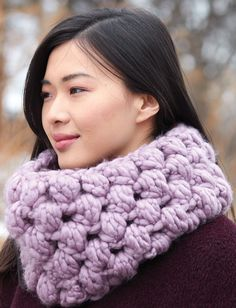 This quick and cozy crochet cowl works up in a jiffy: free crochet pattern