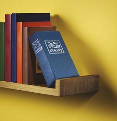 Eine überzeugende Idee für alle, die gern auf der sicheren Seite sind: Der Büchertresor sieht im Regal aus wie ein normales Buch, schützt aber sein Inneres zuverlässig in einer verschlossenen Metallkassette!