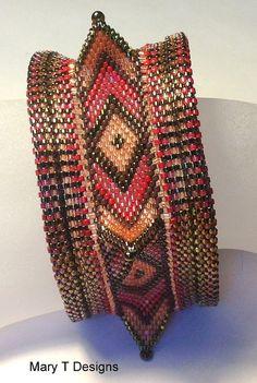 Ich habe dieses Armband Armreif für Etsy Beadweavers Team Oktober 2013 Herausforderung-die Kunst der Geometrie. Die Enden des Armreifs sind Kreise und die Mitte Band schildert konzentrische Diamanten, die miteinander zu verbinden um eine Pentagon-Form zu bilden. Die kräftigen Farben verleihen eine Herbst-Gefühl zu dem Stück. Das Armband über Ihre Hand rutscht und ist 2 1/2 Durchmesser. Das Armband misst 1 1/2 breit. Dieses Design wurde von Kate McKinnons Buches konzentrischen geometrische…