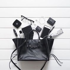 Bag spill Chloe Hollywood by flatlays What In My Bag, What's In Your Bag, My Bags, Purses And Bags, Photo Pour Instagram, Inside My Bag, What's In My Purse, Moda Do Momento, Flat Lay Photography