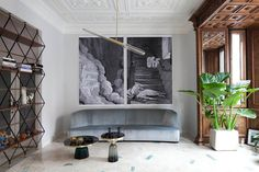 loving the divider shelves and huge prints! / Un altro scorcio del living. Divano Francis di Roberto Lazzeroni, linea Mood di Flexform. Tavolini Bell Table  di Sebastian Herkner per Clas...